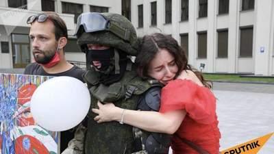 ОМОН под домом правительства Беларуси опустил щиты, протестующие обнимают бойцов – видео