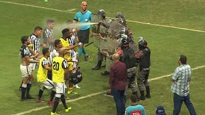 Дубинки и слезоточивый газ: игроки в Бразилии подрались с полицией во время матча – видео