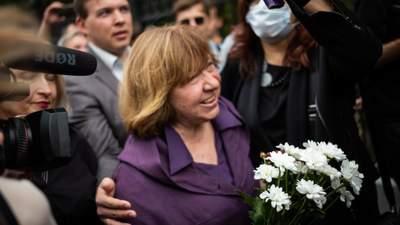 Белорусская оппозиционер Алексиевич уехала в Германию