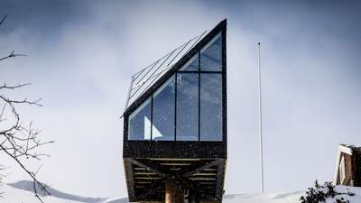 Бриллиант в снегах: в Норвегии построили современный мини-дом необычной формы – фото