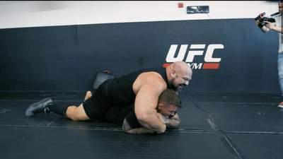 Ловкость против горы мышц: боец UFC сошелся на ринге со стронгменом – видео