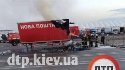 """Під Києвом спалахнув причеп """"Нової Пошти"""": чи відшкодують людям гроші за посилки"""
