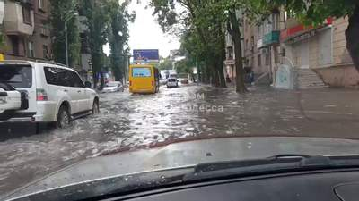 Улицы Одессы превратились в реки: шокирующее видео последствий непогоды