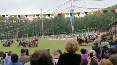 В России лошадь с телегой влетела в толпу людей на фестивале: жуткое видео