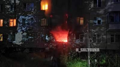 Вогонь перекинувся на сусідні поверхи: у Харкові спалахнув житловий будинок – відео