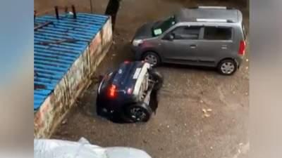 В Индии после многодневного ливня машины уходят под землю: впечатляющее видео