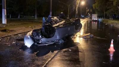 В Одессе машина перевернулась от удара о дерево: погибла 22-летняя пассажирка – фото
