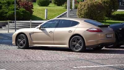 Заместитель председателя ОАСК приехал в суд на золотом Porsche Panamera