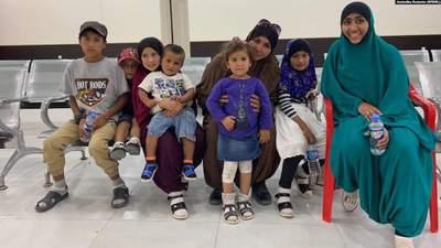 Из лагерей в Сирии вернулась украинская семья – женщина и 7 ее детей