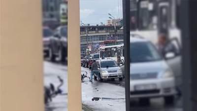 В Одессе автомобилист подрался с водителем электробайка: наносили удары дубинкой и шлемом