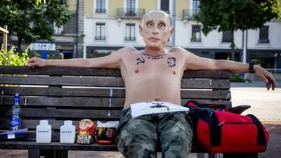 """""""Путін"""" з горілкою на лавочці: у Женеві протестували через приїзд очільника Кремля"""