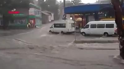 Окупований Донецьк накрила злива: люди та транспорт опинилися у пастці
