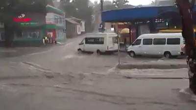 Оккупированный Донецк накрыл ливень: люди и транспорт оказались в ловушке