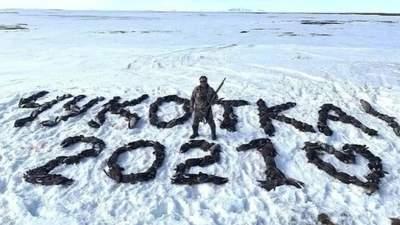 Депутат из партии Путина выложил на снегу надпись из почти 200 убитых птиц: циничное фото