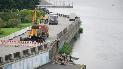 Встановили без цементу: в Дніпрі через зливи руйнується набережна – фото