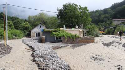 Засипані камінням і брудом: під окупованою Ялтою будинки повністю пішли під воду