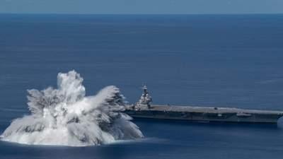 В США взорвали 18-тонную бомбу рядом со своим авианосцем: впечатляющее видео