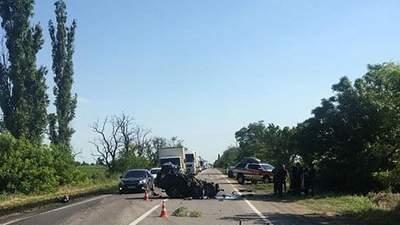 На трассе Одесса – Николаев столкнулись 3 авто и грузовик: 2 человека погибли, есть пострадавшие