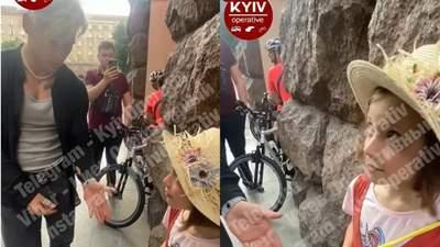 Відомий блогер Волошин у Києві подарував дівчинці айфон, потім почав забирати, – ЗМІ