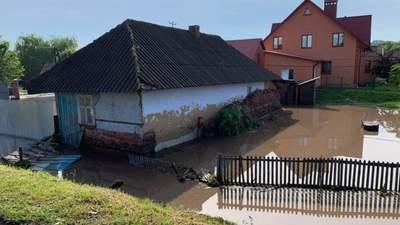 Вода у домівках та на подвір'ях: в Україні негода наробила лиха