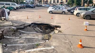 Стоянка ушла под землю: в Одессе образовалась большая пропасть – фото