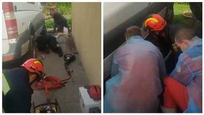 У Черкасах чоловіка розчавило авто, яке впало з домкрата