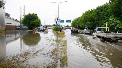 Потужний буревій пройшов Польщею: дахи зірвало, а вулиці затопило