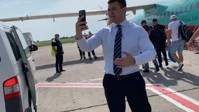В Киеве вылет самолета задержали из-за Тищенко, который снимал видео – журналист