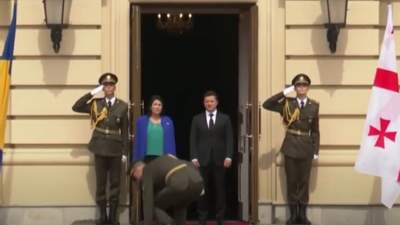 Перед президентом Грузии в Киеве упали ножны от сабли: видео инцидента