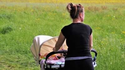 Валилась з ніг: в Одесі перехожих шокувала поведінка дівчини, яка гуляла з дитиною – відео