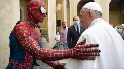 Встреча супергероев: Спайдермен посетил Папу Римского – видео