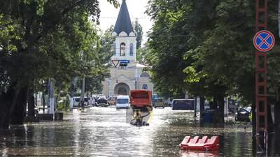 Шалена злива в Одесі: потонула маршрутка з людьми – відео