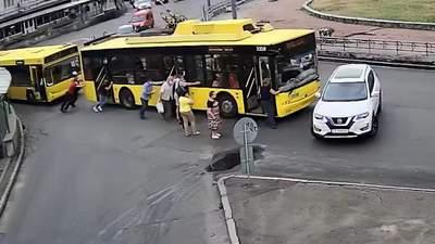 Епічне ДТП у Києві: пасажири штовхали тролейбус й він врізався у Nissan – відео
