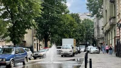 Майже у центрі Львова посеред дороги почав бити фонтан: відео