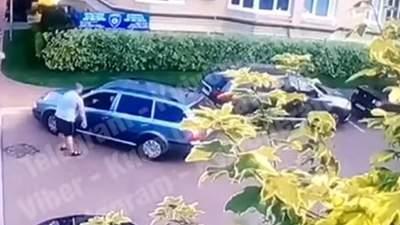 На очах у дітей: під Києвом водій приставив пістолет до голови чоловіка – відео