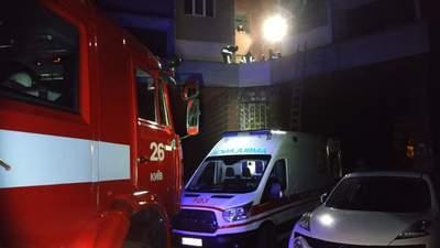 В Киеве мужчина выпрыгнул с 5 этажа и выжил: его полночи пытались забрать в больницу