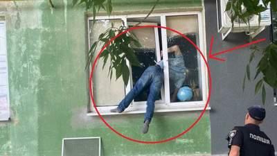 У Херсоні чоловік застряг у вікні, пробираючись до колишньої