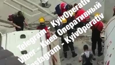 У центрі Києва 3 комунальників ледве не загинули у каналізації: відео