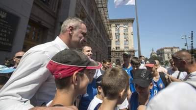Біля КМДА на честь відкриття Олімпіади підняли прапор НОК: фото
