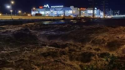 Машины поплыли, завыли сирены: российский Сочи второй раз за месяц ушел под воду – видео, фото