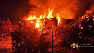 Вогонь охопив дачний будинок у Бердянську: є жертви – моторошні фото