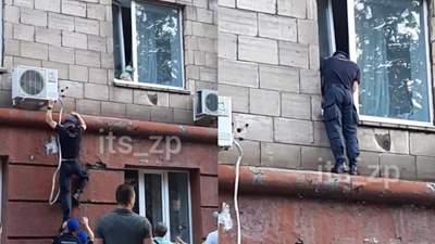 Едва не выпала из окна 2 этажа: прохожие нацгвардейцы в Запорожье спасли маленькую девочку
