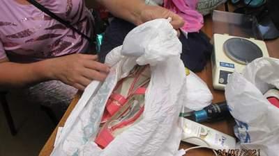 """""""Попелюшка"""" з сюрпризом у туфельці: жінка хотіла перетнути кордон з наркотиками в босоніжках"""