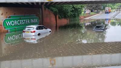 Плавають дороги та станції метро: потужна злива спричинила потоп у Лондоні – відео