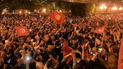 Військова техніка оточила парламент через відставку прем'єра: що відбувається у Тунісі
