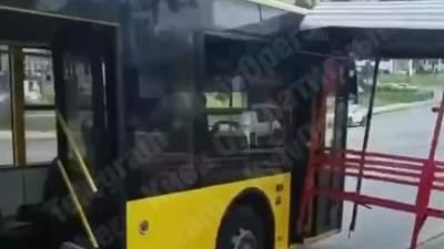 В Киеве остановка врезалась в троллейбус: фото