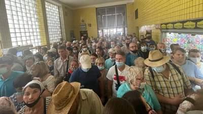 Без масок и молитв: после Крестного хода верующие образовали коллапс в киевском метро – видео