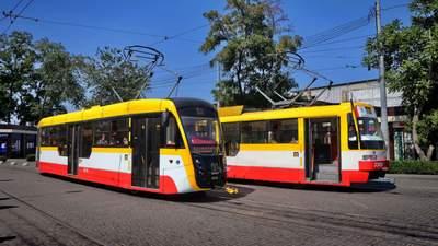Одессит врезался лицом в трамвай, который двигался: просто не заметил