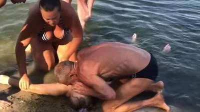 На Черкащині у 73-річної жінки стався інсульт під час купання в річці: її дивом врятували