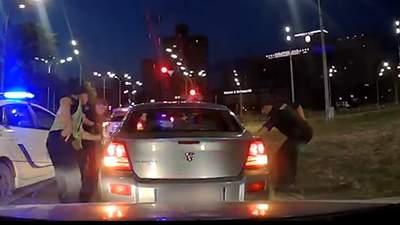 У Києві патрульні з перегонами затримали озброєну банду: захоплююче відео